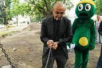 Redaktoři Reflexu se přivázali ke stromům na náměstí Legií