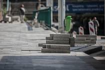 Nový povrch ulic v centru krajského města bude podkladem připomínat třídu Míru. Šedivá dlažba, tentokrát však už betonová,  tak bude prakticky na všech hlavních ulicích.