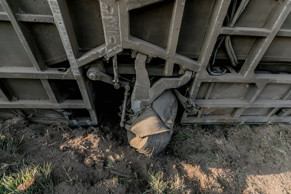 Vážná nehoda na Holicku. Autobusu s asi padesáti lidmi za jízdy zřejmě praskla pneumatika a převrátil se do pole.