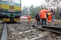 Vyprošťování vykolejené lokomotivy.