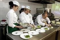 Pardubická Labská hotelová škola na polabinském sídlišti Sever slavnostně otevřela moderní gastronomickou učebnu, která je vybavena tou nejmodernější technikou.