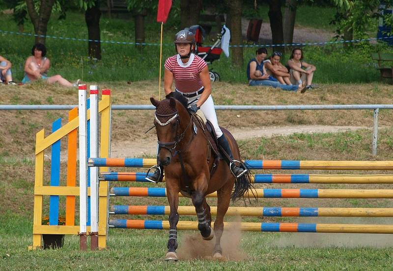 Nina jízdu na koni miluje.