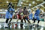 Basketbalové utkání play-off Kooperativy NBL mezi BK JIP Pardubice (v červenobílém) a BK Olomoucko (v modrém) v pardubické hale na Dašické