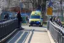 V Pardubicích začala oprava nadjezdu u nemocnice. Některé sanitky proto musí jezdit přes park na Vinici.