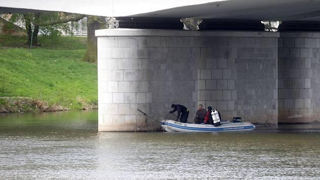 Policejní potápěči prohledávali prostor kolem pilíře mostu.