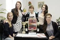 Studenti pardubické obchodní akademie se radují z úspěchu na Mezinárodním veletrhu fiktivních firem.