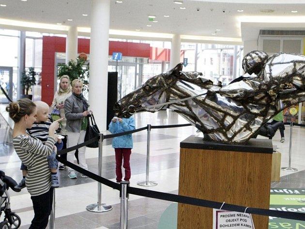 Sochy s tematikou koní a Velké pardubické jsou v AFI Paláci jako pozvánka na nedělní vrchol dostihové sezony.