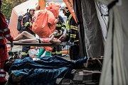 Zdravotníci se primárně věnují třídění zraněných ve snaze zachránit co nejvíc osob.