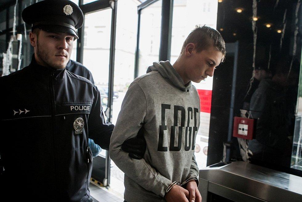 Dvojici mužů z Polska přivedla k soudu policejní eskorta. Do České republiky jezdili krást, teď sem tři roky nesmí.