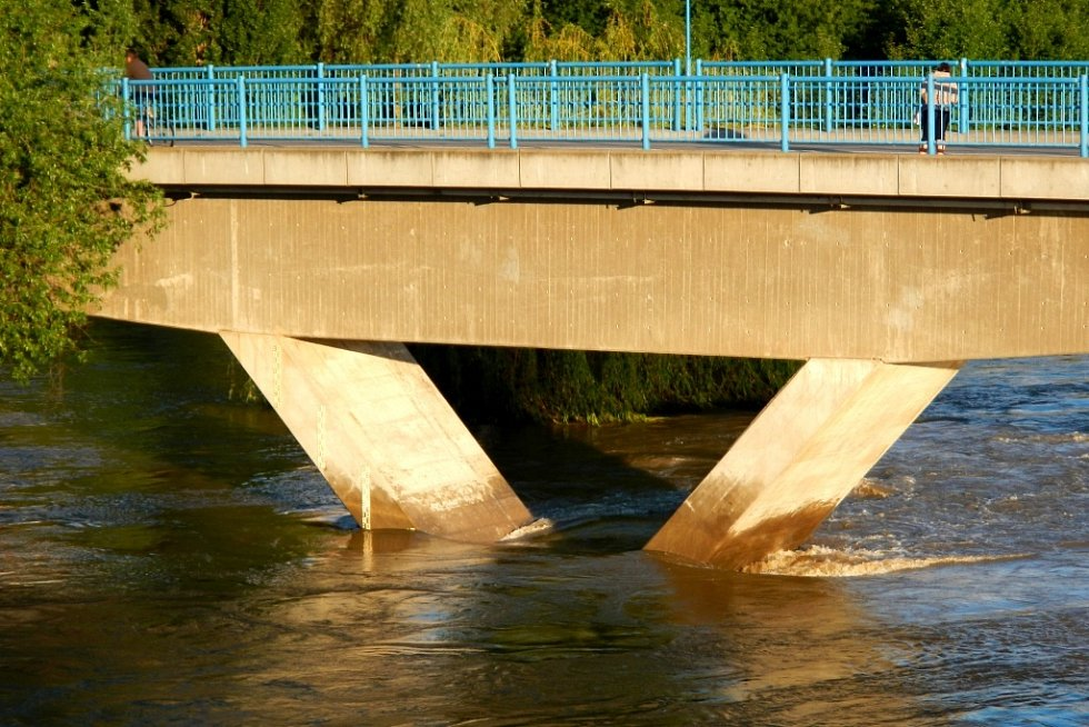 Jediná spojnice částí města byla tato lávka. Silniční most byl uzavřen.