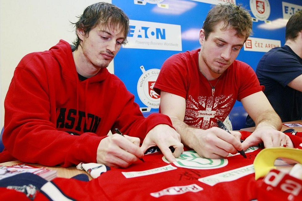 Tradiční vánoční hokejový den hostila v sobotu pardubická ČEZ Arena. Na autogramiádě nechyběl ani brankář Dominik Hašek nebo útočník Petr Sýkora.