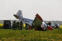 Letadlo u Chvojenece havarovalo do pole. Pilota oslnilo slunce a zavadil o vedení vysokého napětí.