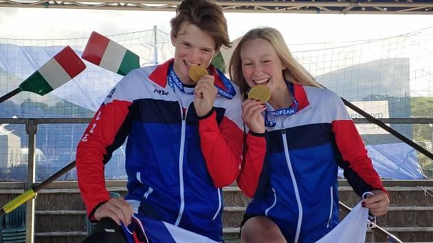 Budoucnost českého sportu představuje studentka čtvrtého ročníku - veslařka Veronika Činková (vpravo).