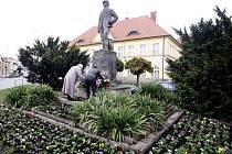 Pokládání věnců u památníku Emila Holuba v Holicích