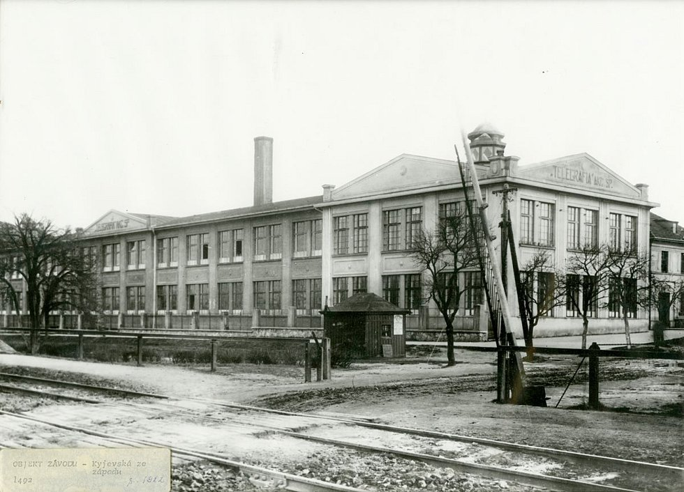 Nová továrna firmy Telegrafia v Pardubicích, snímek pořízený pravděpodobně v roce 1922, tedy ještě před uvedením do plného provozu. Foto: Východočeské muzeum v Pardubicích