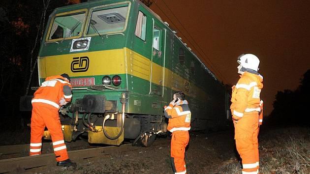 V Pardubicích vykolejil osobní vlak. Rozpadla se pod ním kolejnice.