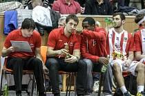 Tomáš Bartošek, Dušan Bohunický a Levell Sanders (zleva). Na lavičce BK JIP Pardubice nastalo zemětřesení.