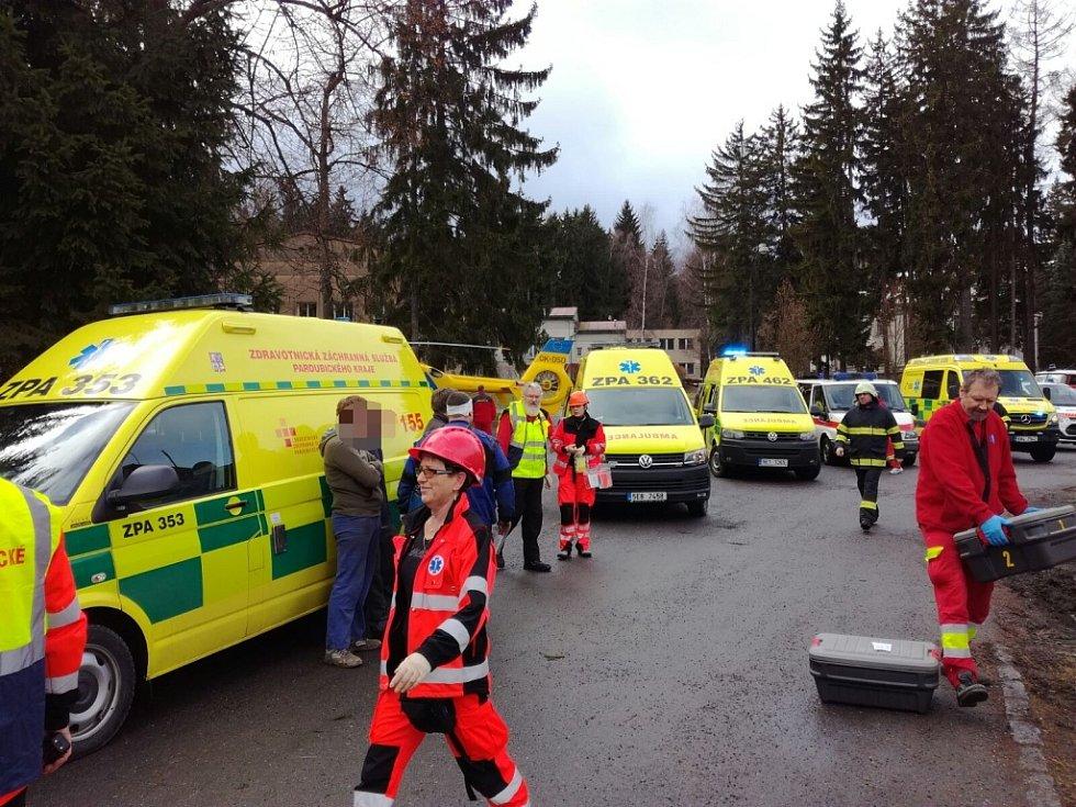 Záchranáři na místě výbuchu v Poličských strojírnách.