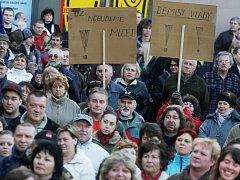 Protivládní demonstrace v Pardubicích podpořilo asi pět set lidí
