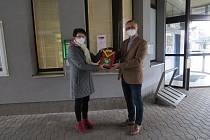 Předání defibrilátoru starostce Chvaletic.