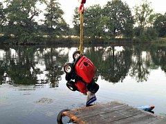 Utopený minitraktůrek z Labe tahali hasiči jeřábem a s pomocí potápěčů.