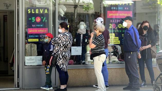 Od pondělí se otvírají všechny obchody bez omezení. Stále platí povinnost nosit ve vnitřních prostorách respirátor a v prodejnách smí být maximálně jeden zákazník na 15 metrů čtverečních.