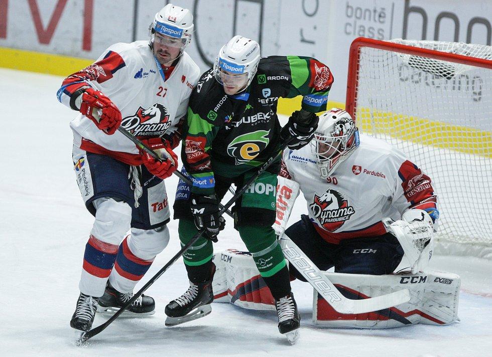 Extraligový hokejový duel mezi HC Dynamo Pardubice (v bílém) a HC Energie Karlovy Vary.