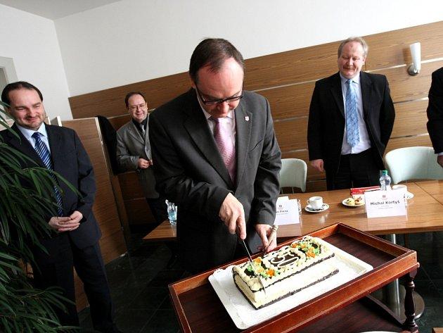 Smetanova Litomyšl slaví padesát let. Vicehejtman Pardubického kraje Roman Línek krájí symbolický narozeninový dort