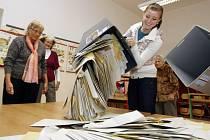 VYSYPÁVÁNÍ UREN. V Pardubicích, Chrudimi i dalších městech začalo úderem sobotní 14. hodiny sčítání hlasů.
