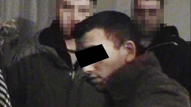 Spolupachatel brutální vraždy (s černou páskou) na místě činu při rekonstrukci. Osmnáctiletý mladík se kriminalistům již přiznal.