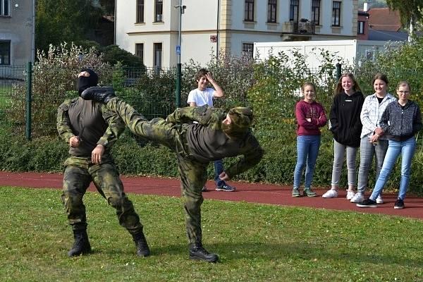 Nejvíce školáky zaujaly ukázky boje zblízka.