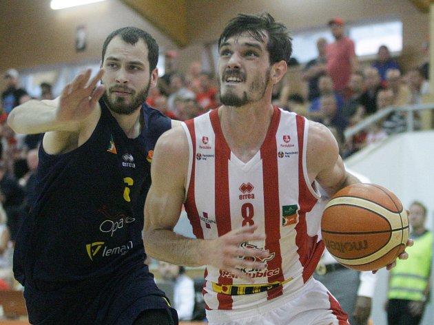 Basketbalové utkání play off Kooperativa NBL mezi BK JIP Pardubice (v bíločerveném) a BK Opava v pardubické hale na Dašické.