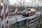 Provizorní most přes silnici ve Chvaleticích.