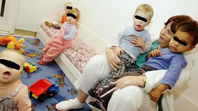 Mezi těmito dětmi si hraje i dvouletý Petřík. Nikomu neschází a nikdo jej nehledá.