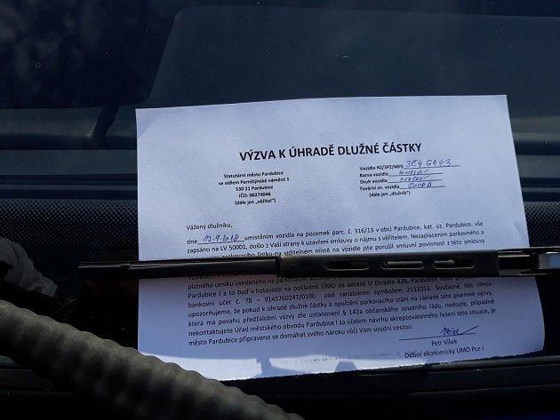 Výzva k zaplacení za užití odstavné plochy. Nejde o podvod, letáky řidičům skutečně za okna dali pracovníci Městského obvodu Pardubice 1.