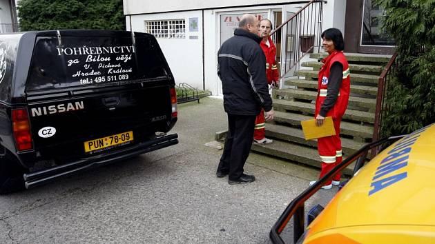 Na pardubickém sídlišti Polabiny došlo k vraždě. V Lonkově ulici byl za dveřmi svého bytu nalezen mrtvý muž