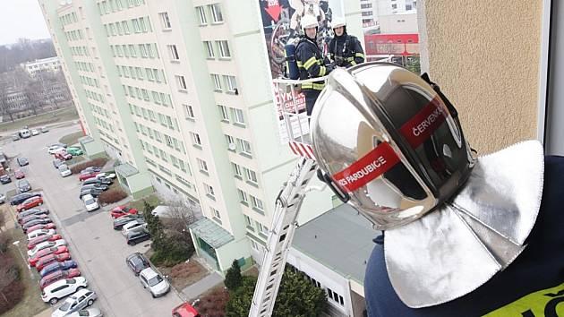 K důchodkyni v osmém patře musejí hasiči na plošině. Žena nechce otevřít dveře.