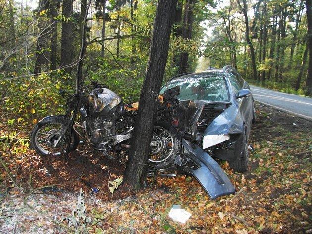 """Jezdec měl štěstí, že z motorky spadl. Ta totiž po nárazu chytla plamenem. K havárii došlo ve Zminném na Pardubicku, jen shodou náhod neskončila tragédií. Řidič motocyklu, který osobák """"připíchnul"""" na strom, utrpěl zranění, byl převezen do nemocnice."""