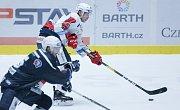 Duel hokejové extraligy Dynamo Pardubice (v bílém) - Škoda Plzeň.