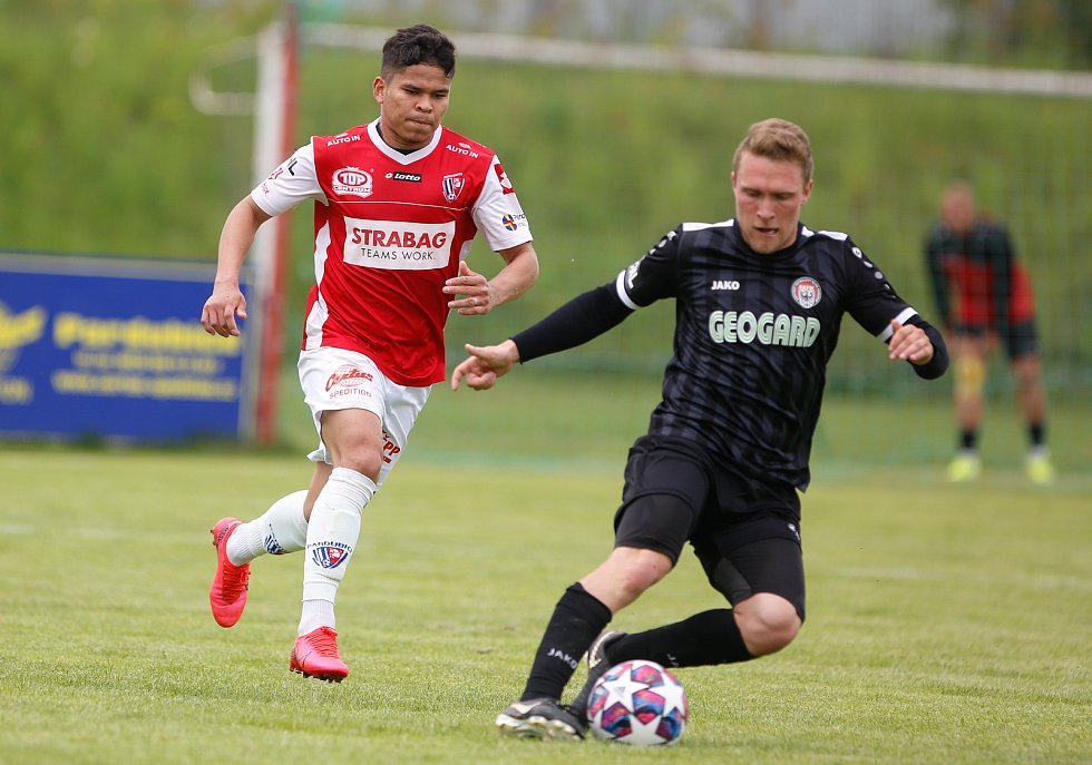 Přípravné utkání Fortuna národní ligy mezi FK Pardubice (ve červenobílém) a MFK (v Černém) na hřišti v Na Dolíčku.