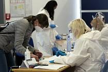 Na univerzitu se vrací k praktické, laboratorní, experimentální a umělecké výuce studenti posledních ročníků.