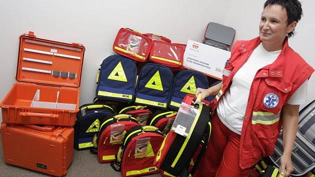 Záchranná služba Pardubického kraje dostala pro posádky sanitek nové batohy na zdravotnické vybavení