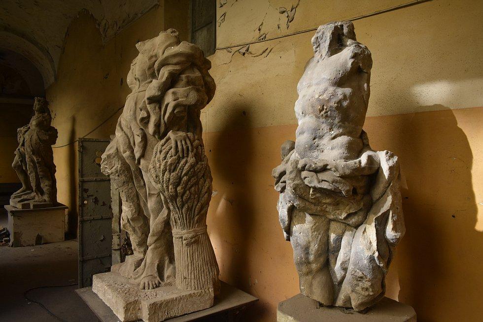 Vojáci zničili také čtyři sochy od neznámého autora, následovníka M. B. Brauna. Torzo jedné sochy se našlo zazděné, další část v zámeckém rybníku a podstavec byl zahrabaný. Na další části sochy sedávali vojáci v parku.
