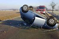 Auto po nehodě skončilo na střeše. Posádka byla předána do rukou záchranářů. Zdroj: HZS PK