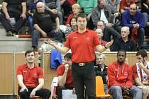 Misky vah... Ruce lodivoda pardubických basketbalistů Dušana Bohunického jsou právě v takové poloze, jako by porovnával počet výher a proher ve druhé čtvrtině základní části. Pět na pět.