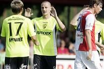 Tomáš Pospíšil (vpravo) děkuje Martinu Hundákovi, který mu proti Slavii připravil oba góly.