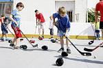 Ani chvíle oddechu. V hokejové škole se mladí sportovci nezastaví, mají hodně pestrý program.