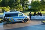 Pomoc při povodních v Kralupech nad Labem. Policisté při hlídkové činnosti opravili i část sesuté bariéry.
