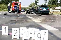 Motocykl po nárazu explodoval a zapálil i osobní vozidlo. Posádka motorky střet nepřežila