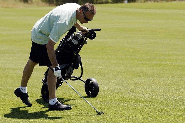 SLAVNÝ HOKEJOVÝ GÓLMAN DOMINIK HAŠEK, který v minulé sezoně pomohl k mistrovskému titulu pardubickému týmu HC Eaton, si na začátku prázdnin našel čas i na golf. Do Golf Resortu Kunětická hora jej společně s Milanem Hejdukem, Petrem Sýkorou a dalšími hosty